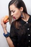 Девушка есть большой гамбургер, фото студии Стоковые Фотографии RF