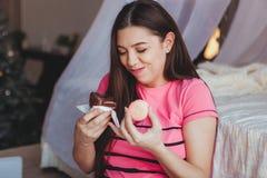 Девушка есть вкусный browny торт с в спальней помадка десерта античная чашка подряда кофе дела фасонировала машинку места пер све Стоковая Фотография
