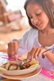 Девушка есть карманн мяса Стоковое фото RF