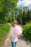 Девушка есть конфету хлопка Стоковые Изображения RF