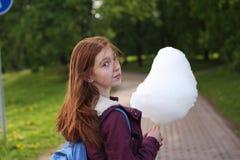 Девушка есть конфету хлопка Стоковое Фото