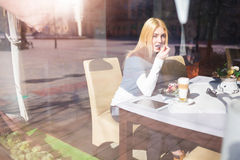 Девушка есть на кафе Стоковые Изображения RF