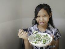 Девушка есть салат цезаря Стоковые Изображения RF