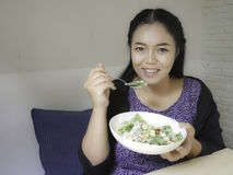 Девушка есть салат цезаря Стоковые Изображения