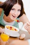 Девушка есть светлый завтрак Стоковые Изображения RF