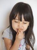 Девушка есть торт заварного крема Стоковые Фото