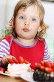 Девушка есть торт Стоковое Изображение