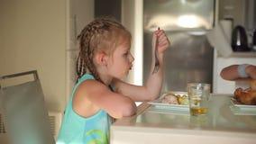 Девушка есть цыпленка для обеда сток-видео