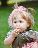Девушка есть яблоко стоковое фото