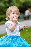 Девушка есть яблоко стоковое фото rf