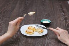 Девушка ест блинчики творога Стоковая Фотография RF
