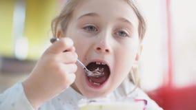 Девушка ест десерт с ложкой сток-видео