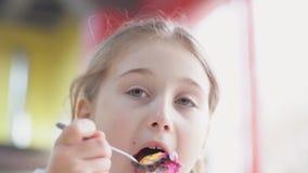 Девушка ест десерт с ложкой видеоматериал