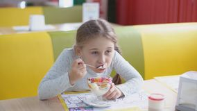 Девушка ест десерт с ложкой акции видеоматериалы