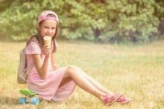 Девушка ест мороженое Стоковые Фотографии RF