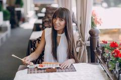 Девушка ест суши Стоковые Фото