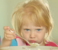 Девушка ест творог для завтрака Стоковое Изображение RF