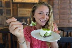 Девушка ест торт, холодную девушку с тортом Стоковые Фотографии RF