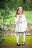 Девушка ест яблоко напольное стоковые фото