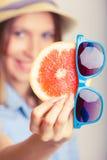 Девушка лета держа грейпфрут Стоковые Фото