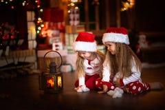 Девушка детей смотря свечу, рождественскую елку, концепцию Christm Стоковое фото RF