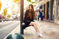 Девушка детенышей довольно ультрамодная кавказская представляя на городе Европы Стоковое Фото