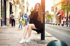 Девушка детенышей довольно ультрамодная кавказская представляя на городе Европы Стоковое Изображение RF