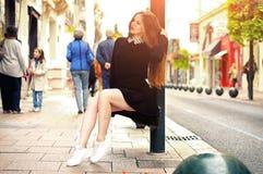 Девушка детенышей довольно ультрамодная кавказская представляя на городе Европы Стоковая Фотография