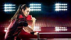 Девушка детенышей довольно sporty играя настольный теннис дальше Стоковые Фотографии RF