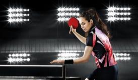 Девушка детенышей довольно sporty играя настольный теннис Стоковые Изображения