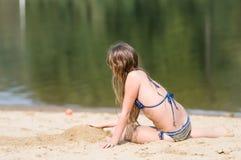 Девушка 11 лет на пляже Стоковые Фотографии RF