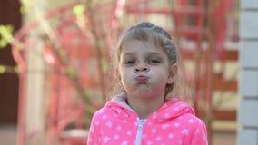Девушка 5 лет смешных надувает щеки сток-видео