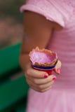 Девушка 5 лет старого держа мороженого стоковые фотографии rf
