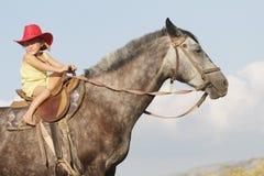 Девушка ехать лошадь на ферме outdoors Стоковые Изображения RF