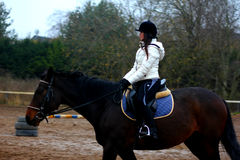 Девушка ехать лошадь Стоковые Фотографии RF