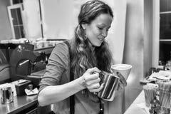 Девушка делает кофе стоковое фото