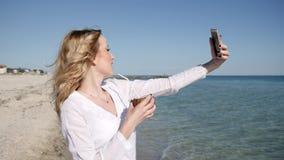 Девушка делает память selfie, сексуальную девушку около воды в замедленном движении, акции видеоматериалы