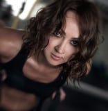 Девушка делает прорыв в спортзале Стоковые Фото