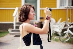 Девушка делает фотографию стоковая фотография rf