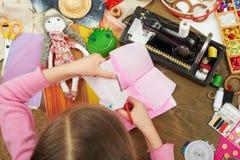 Девушка делает шаблон платья, взгляд сверху, шить аксессуары взгляд сверху, рабочее место белошвейки, много возражает для needlew Стоковое Фото