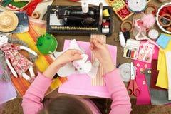 Девушка делает шаблон платья, взгляд сверху, шить аксессуары взгляд сверху, рабочее место белошвейки, много возражает для needlew Стоковое фото RF