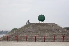 Девушка делает selfie около зеленого шарика Стоковое фото RF