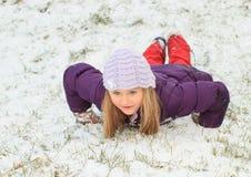 Девушка делая ангела в снеге Стоковая Фотография RF
