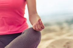 Девушка делая йогу на пляже Стоковые Фото