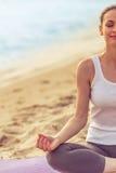 Девушка делая йогу на пляже Стоковое Изображение