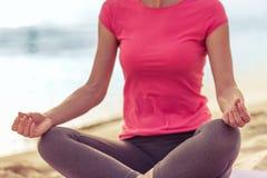 Девушка делая йогу на пляже Стоковые Изображения