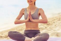 Девушка делая йогу на пляже Стоковые Изображения RF