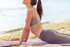 Девушка делая йогу на пляже Стоковая Фотография RF