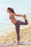 Девушка делая йогу на пляже Стоковое фото RF
