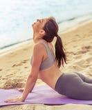 Девушка делая йогу на пляже Стоковое Изображение RF